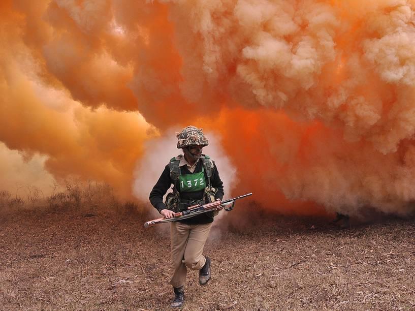 Soldado das Forças de Segurança de Fronteiras é visto durante treinamento militar no campo de Kharkan, em Hoshiarpur, região norte da Índia