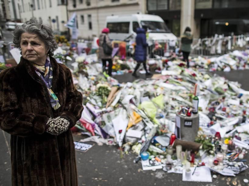 Flores em homenagem às vítimas do ataque a revista Charlie Hebdo em Paris