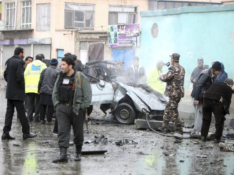 No Afeganistão, oficiais de segurança inspecionam local onde dois civis morreram em um ataque a bomba em Cabul