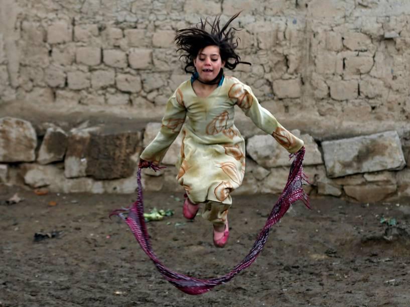 Menina brinca em campo de refugiados em Cabul, no Afeganistão