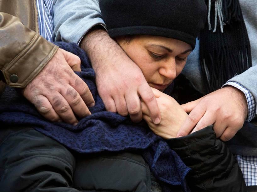 A mãe do judeu francês Yoav Hattab, uma das vítimas do ataque ao mercado em Paris, durante seu funeral na cidade de Bnei Brak, próximo a Tel Aviv, Israel