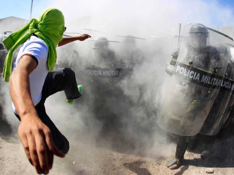 Ativistas entram em confronto com policiais militares durante uma manifestação em prol dos 43 estudantes desaparecidos em 2014, na cidade de Iguala, no México