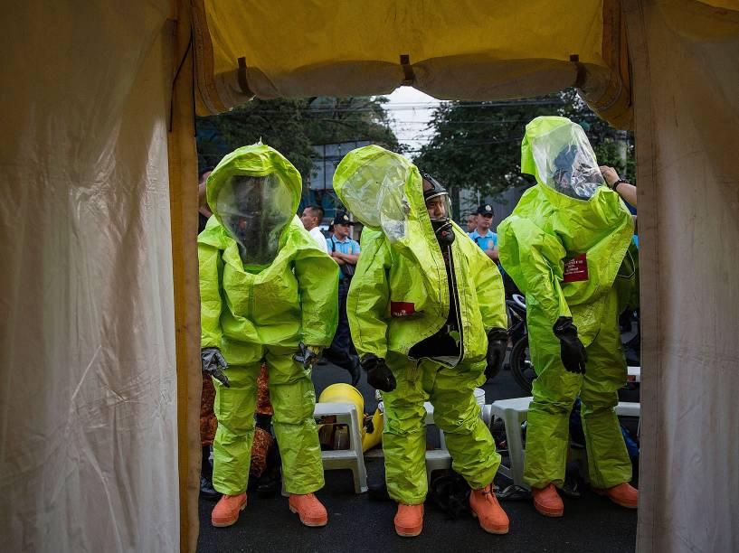 Bombeiros participam de um treinamento anti-terrorismo e contra um possível ataque químico no Rizal Park que receberá a visita do papa Francisco, em Manila nas Filipinas - 14/01/2015