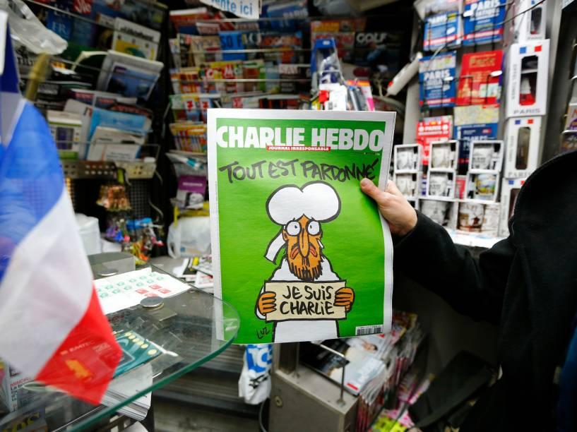 Com Maomé na capa, o primeiro exemplar da revista Charlie Hebdo depois do atentado terrorista que deixou 12 mortos na sede da publicação