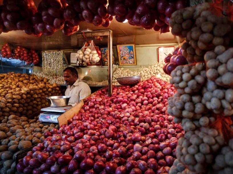 Vendedor espera por clientes em sua banca, em Mumbai, na Índia. A inflação de alimentos no país alcançou 0,11% em dezembro, registrando seis meses consecutivos de alta