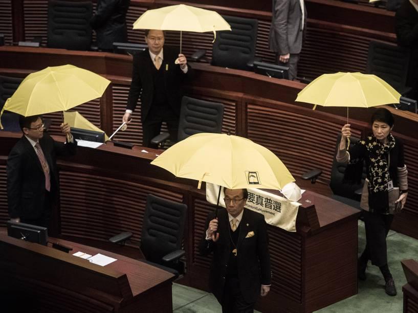 Parlamentares pró-democracia com guarda-chuvas amarelos, símbolo do movimento em prol da autonomia política de Hong Kong, durante o discurso anual do chefe-executivo da cidade, Leung Chun-ying. No pronunciamento, ele defendeu a submissão política de Hong Kong à China