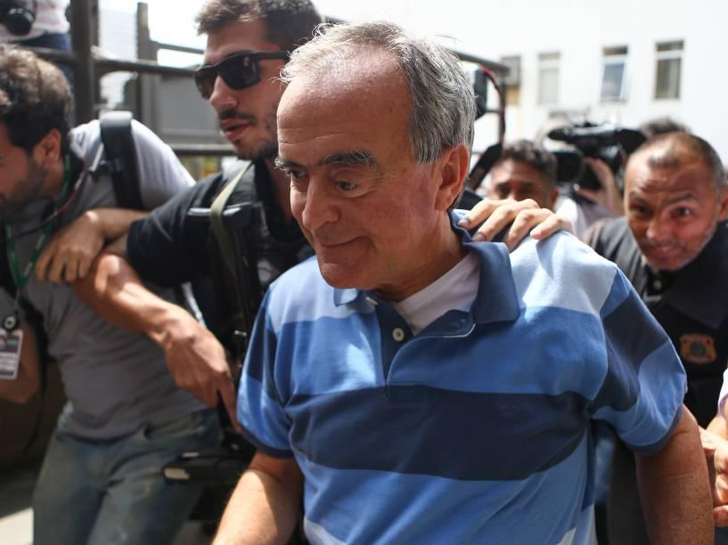 Nestor Cerveró na chegada ao Instituto Médico Legal (IML) de Curitiba (PR). A Polícia Federal informou que o ex-diretor da Petrobras foi preso preventivamente por ter feito movimentações financeiras suspeitas após ser denunciado pelo Ministério Público Federal