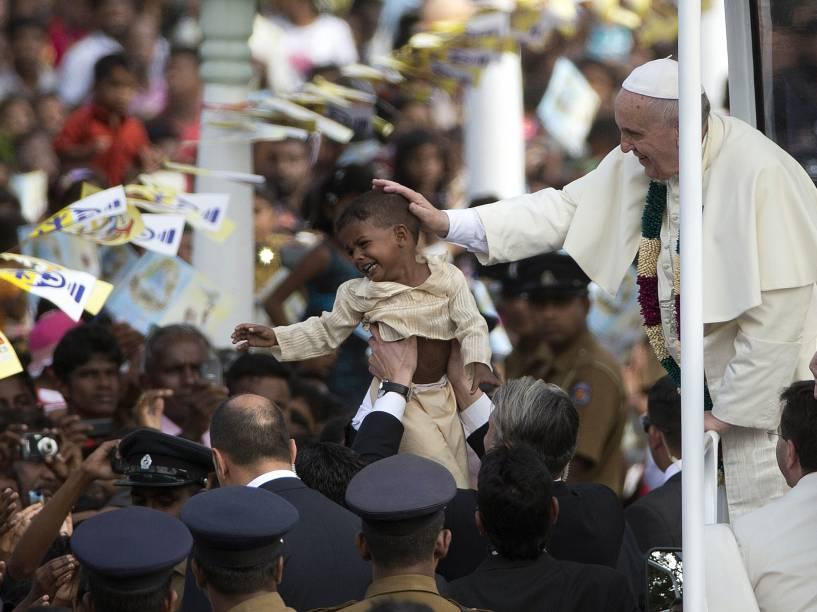 Papa Francisco toca a cabeça de uma criança durante sua visita em Nadhu, no Sri Lanka
