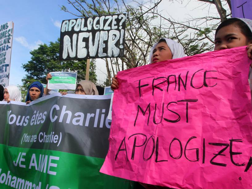 Estudantes muçulmanos e líderes religiosos protestam em Marawi, cidade de maioria islamita no sul das Filipinas. A manifestação com cerca de 1.500 pessoas pediu que a França se retrate ao Islã quanto às charges do Charlie Hebdo