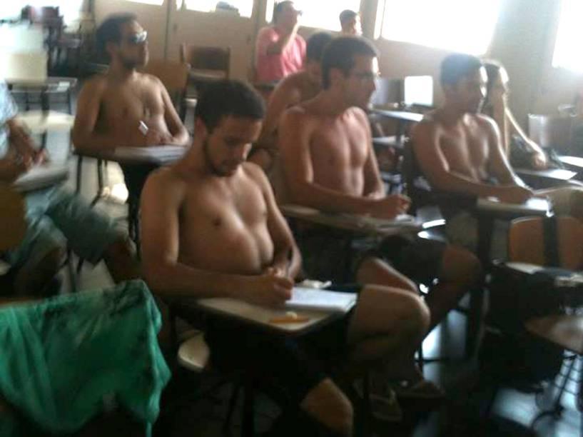 Alunos do curso de engenharia tiraram a camisa para aguentar o calor dentro da sala de aula da Uerj. A sensação térmica no Rio de Janeiro nessa terça-feira (14/01)