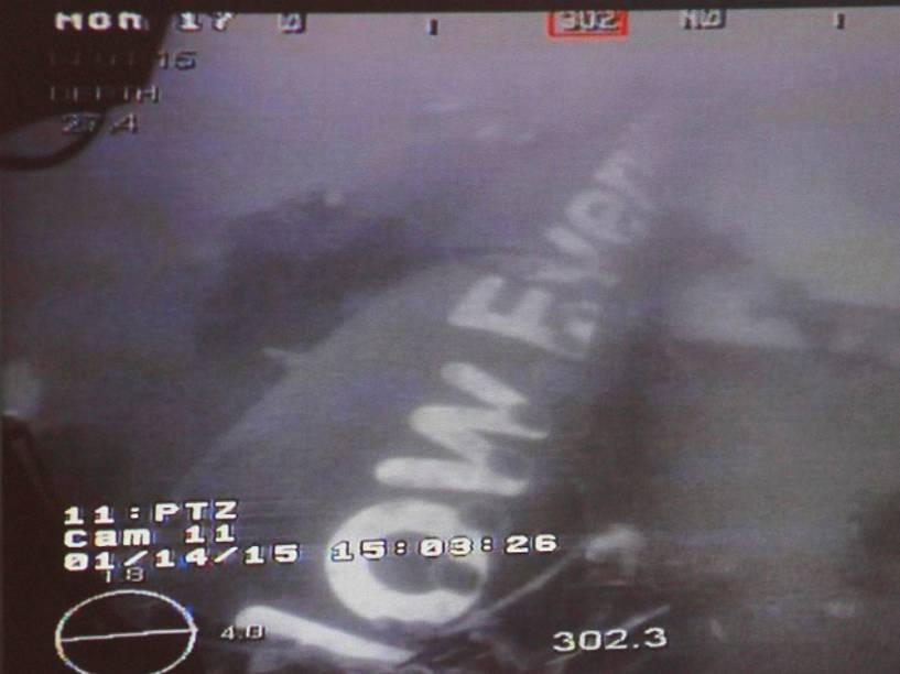 Navio de Cingapura localizou parte da fuselagem do Airbus 320 da AirAsia que caiu em Java matando 162 pessoas