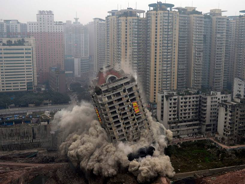 Os 22 andares de um prédio desmoronam após a demolição por explosivos como parte de um projeto de urbanização em Chongqing, na China