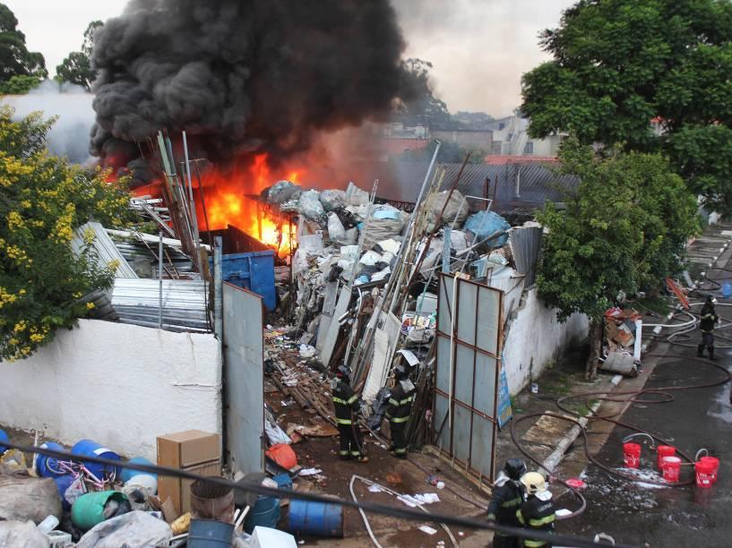 Incêndio de grandes proporções atinge um terreno com materiais recicláveis na rua das Paineiras, no bairro de Socorro, na zona sul de São Paulo - 02/02/2015