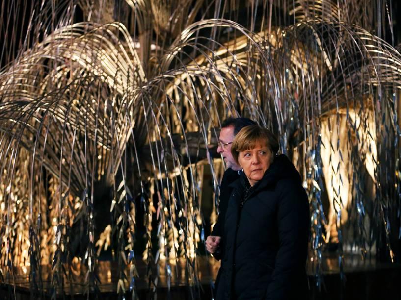 Andras Heisler, Presidente da Federação das Comunidades Judias na Hungria (Mazsihisz) e a chanceler alemã Angela Merkel durante homenagem às vítimas do Holocausto nazista, no memorial da principal sinagoga Budapeste