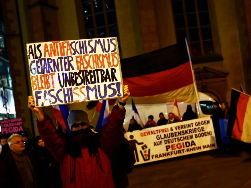 Membros do FRAGIDA, o Movimento Anti-imigração de Frankfurt, junto com o PEGIDA, Movimento Contra a Islamização do Ocidente, durante protesto na Alemanha