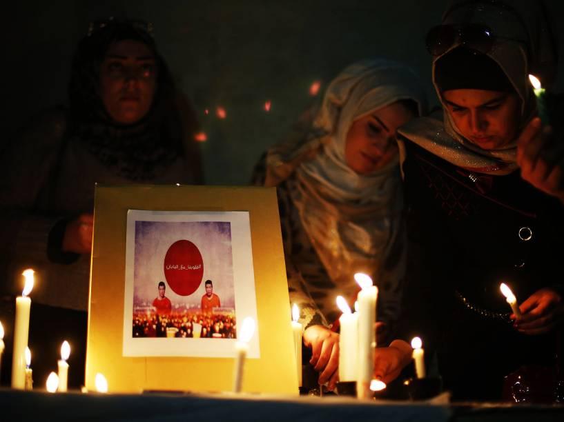 Em frente à Embaixada Japonesa em Amã, jordanos acendem velas durante cerimônias de solidariedade ao Japão contra o Estado Islâmico, pela provável morte do jornalista Kenji Goto
