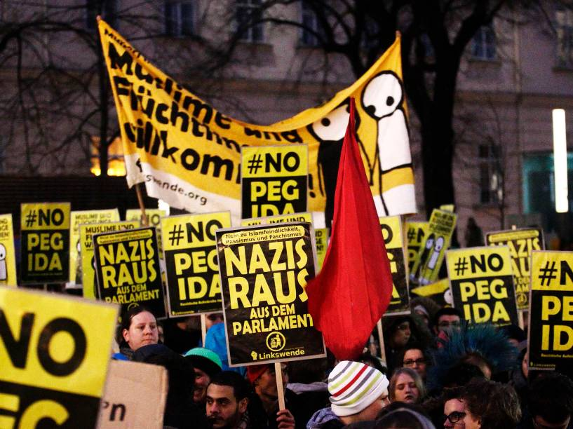 Manifestantes anti-PEGIDA se reunem durante protesto no centro de Viena, capital da Áustria