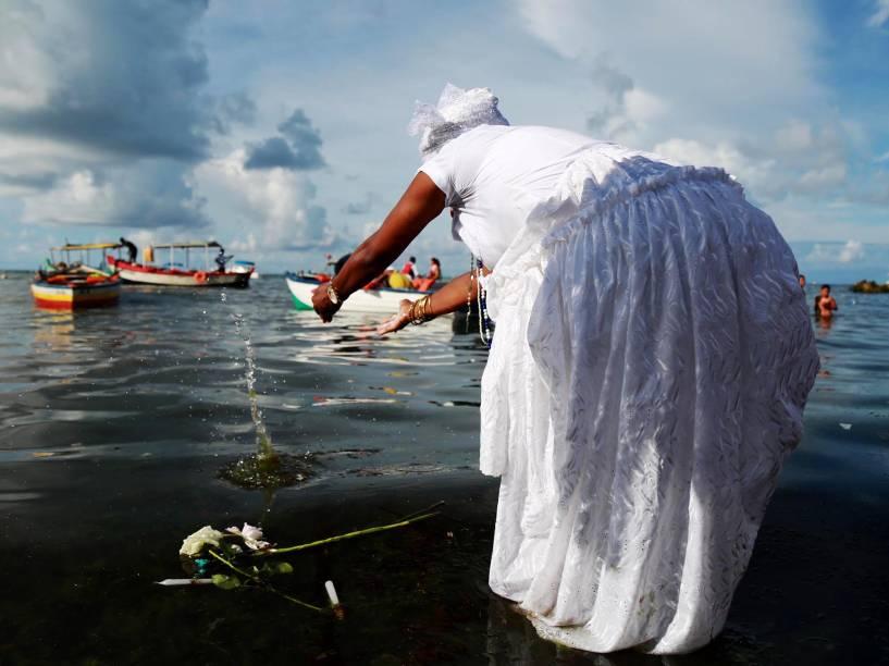 Mulher joga oferenda e rosas para Iemanjá no bairro Rio Vermelho, em Salvador. Cerca de 700 mil pessoas prestigiam o dia da orixá considerada rainha do mar pela tradição do Candomblé
