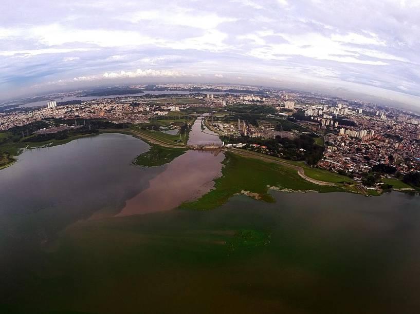 Com comportas abertas, águas do Rio Pinheiros são despejadas na represa Billings. A Sabesp planeja o uso intenso do manancial para abastecer São Paulo