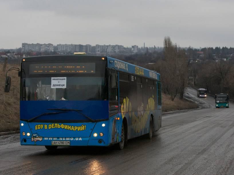 Ônibus vazios, destinados à evacuação de civis desabrigados da vila ucraniana de Debaltseve, são conduzidos à cidade, controlada por tropas governistas, mas cercada por separatistas russos que avançam em direção ao povoado no leste da Ucrânia