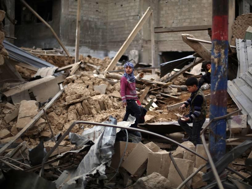 Crianças Sírias nos escombros após ataque aéreo em Douma, capital de Damasco - 06/02/2015