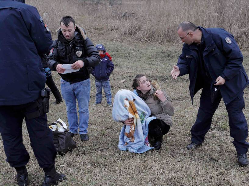 Policiais sérvios barram cidadãos do Kosovo que tentam cruzar a fronteira para a Hungria, em um campo perto da divisa com a Sérvia. A União Europeia registrou 10 mil pedidos de asilo na Hungria em apenas um mês. O dado se deve à flexibilização das regras de imigração, a agitação política no Kosovo, juntamente com o aumento da pobreza e do desemprego no país