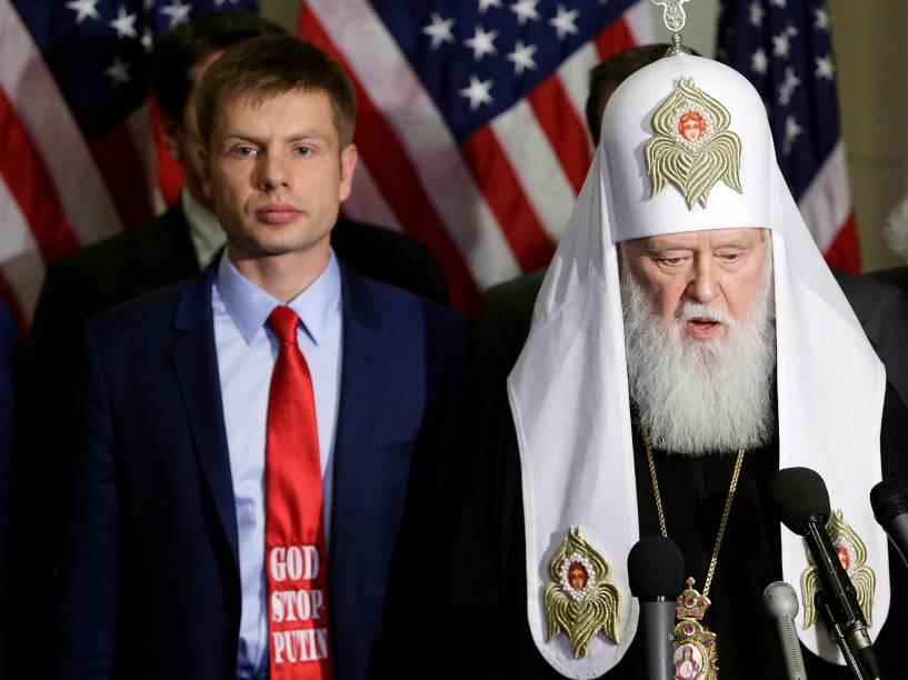 """Nos Estados Unidos, o membro governista do Parlamento da Ucrânia Oleksii Honcharenko, com gravata """"Deus pare Putin"""", e o patriarca Filaret, chefe da Igreja Ortodoxa Ucraniana, participam de reunião para discutir o armamento de civis ucranianos para lutar contra separatistas russos"""