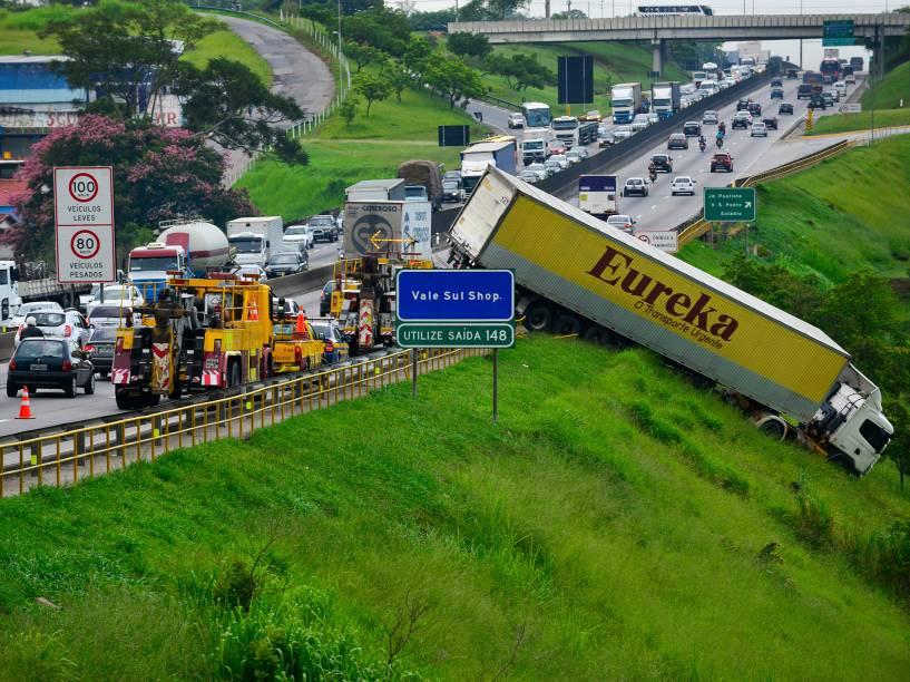 Acidente envolvendo um caminhão na via Dutra, altura do km 146, em São José dos Campos (SP), nesta sexta-feira. Segundo a Polícia Rodoviária Federal (PRF), o caminhão foi fechado por um veículo de passeio. O congestionamento chega a 20 km nos dois sentidos