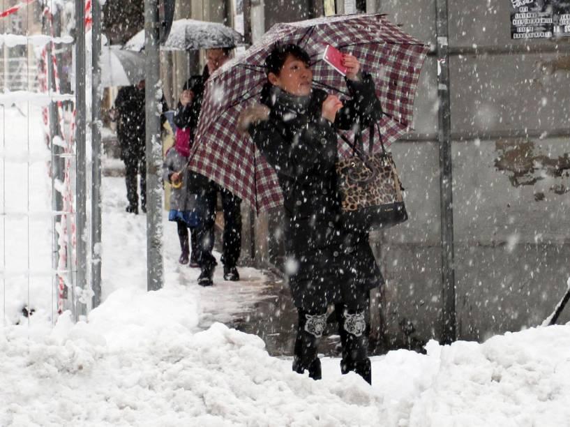 """Turista faz tira """"selfie"""" durante tempestade de neve na cidade de Modena, no norte da Itália"""