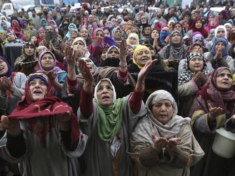 Devotos muçulmanos rezam diante de estátua do santo sufi Syed Abdul Qadir Jilani, durante o festival de Urs (aniversário) no túmulo do santo em Srinagar, capital da região da Caxemira indiana