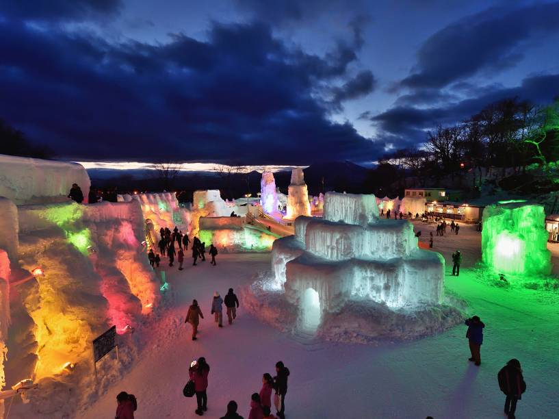 Pessoas visitam o Festival de Gelo Chitose-Lake Shikotsu iluminado por luzes coloridas em Chitose, no Japão