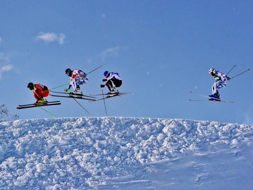 Atletas Jonas Lenherr (Suíça), Bastien Midol (França), Jouni Pellinen (Finlândia) and Arnaud Bovolenta (França) competem durante as quartas de final do Mundial Masculino de Snow Ski Cross, em Arosa, na Suíça