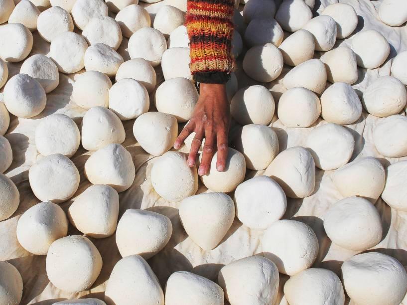 Mulher coloca iogurte para secar. Em Hebron, na Palestina, anualmente acontece a temporada do iogurte