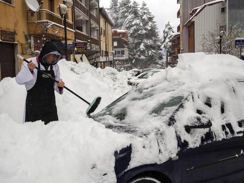 Homem remove a neve de um carro na cidade de Camigliatello, na Calábria, sul da Itália. A nevasca durou a noite toda e causou ventos fortes na região