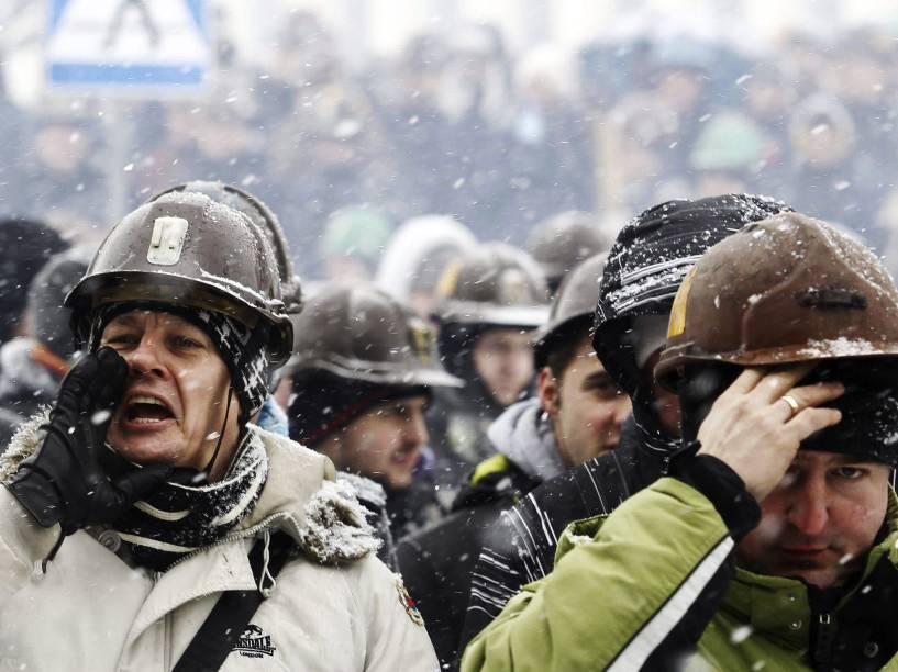 Funcionários protestam em frente à empresa em Jastrzebie-Zdroj, Polônia. Os trabalhadores estão em greve desde o dia 28 de janeiro, eles protestam contra a decisão da empresa em reduzir o salário e os benefícios de cada funcionário