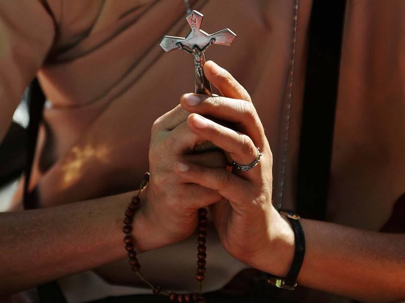Mulher segura crucifixo durante protesto em Mumbai. Os cristãos pedem por ações contra os recentes ataques às igrejas na Índia