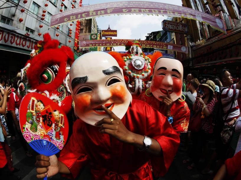 Dançarinos mascarados participam do tradicional desfile do Ano Novo Lunar nas ruas da Chinatown em Bangcoc, na Tailândia - 19/02/2015