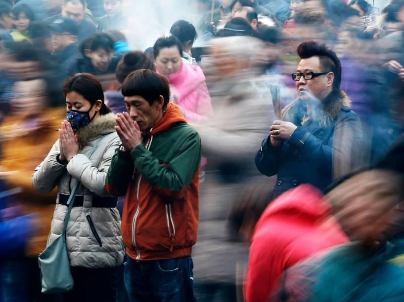 Pessoas fazem orações no primeiro dia do Ano Novo Lunar chinês no templo Yonghegong Lama, em Pequim - 19/02/2015