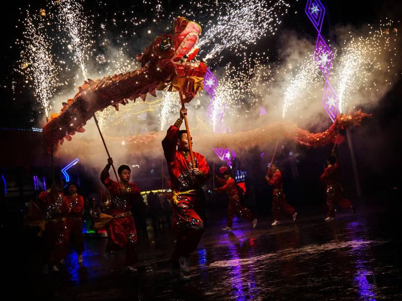Artistas fazem apresentação da dança do dragão em um parque de diversões durante as celebrações do Ano Novo Lunar, em Pequim, na China - 19/02/2015