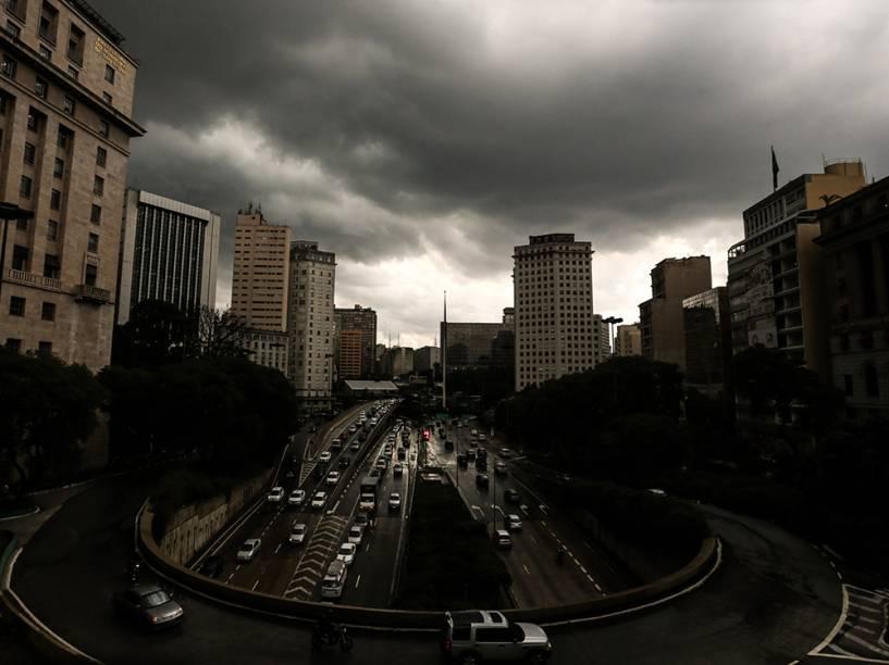 Movimentação de veículos na avenida 23 de Maio  durante forte chuva que atinge São Paulo na tarde desta quarta-feira (25)