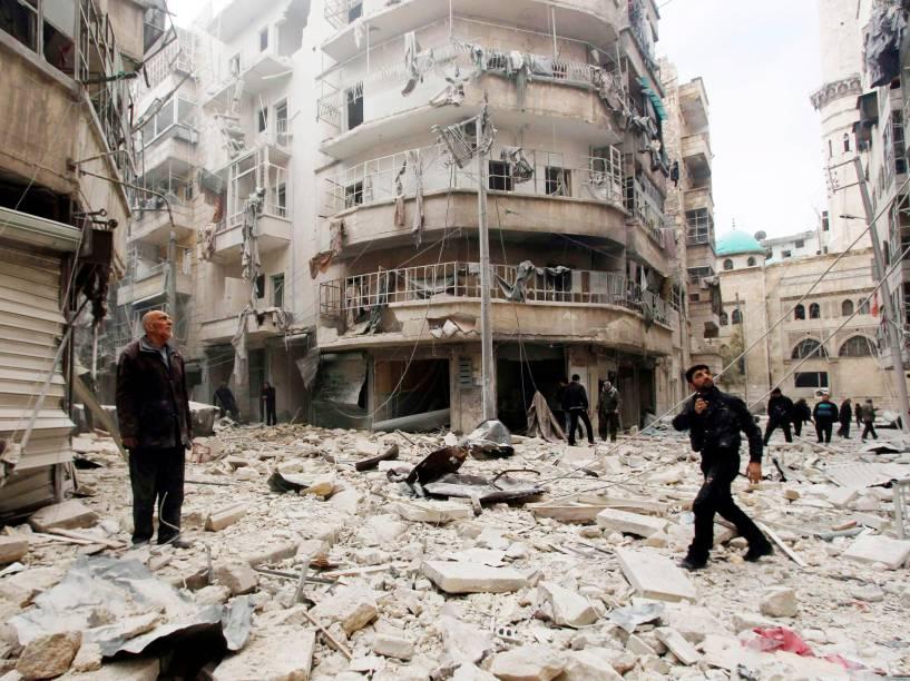 Em Aleppo, homens observam os danos causados por ativistas após bombas serem jogadas contra forças leais ao presidente da Síria, Bashar al-Assad - 26/02/2015