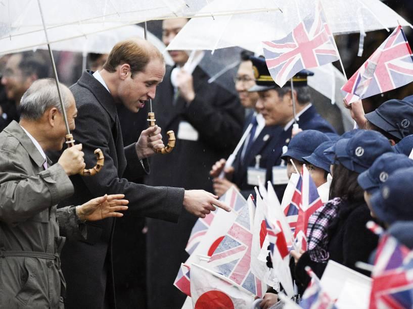 Príncipe William cumprimenta crianças ao chegar no jardins Hama Rikyu (Tóquio). Acompanhado pelo prefeito da cidade, Yoichi Masuzoe, o príncipe fará uma visita de quatro dias ao Japão - 26/02/2015
