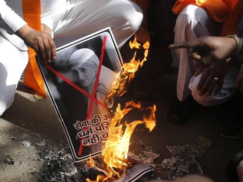 Na Índia, ativistas hindus queimam imagem de Madre Teresa durante um protesto exigindo a proibição de missionários cristãos em Nova Délhi- 26/02/2015