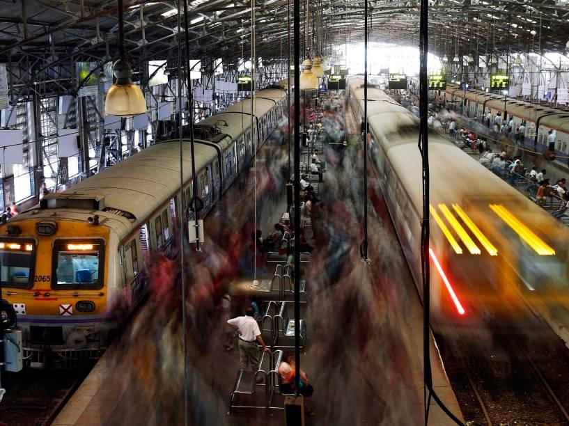 Passageiros embarcam nos trens de Mumbai durante a hora do rush da noite na estação Churchgate