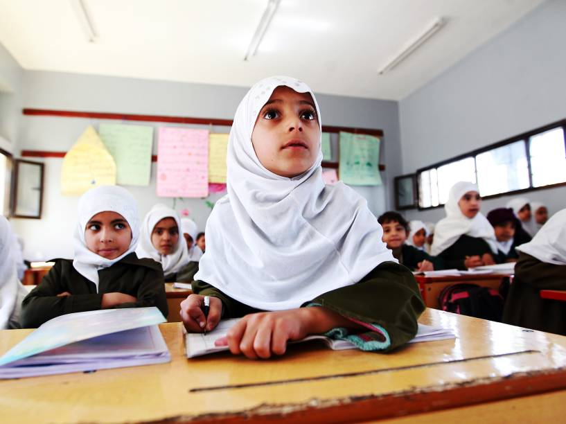 Garotas estudantes do Iémen durante aula na capital Saná - 27/02/2015