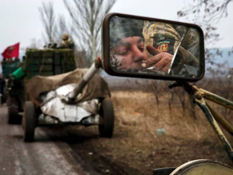 Comboios e veículos militares movem homens armados e canhões da região de Debaltseve, na Ucrânia