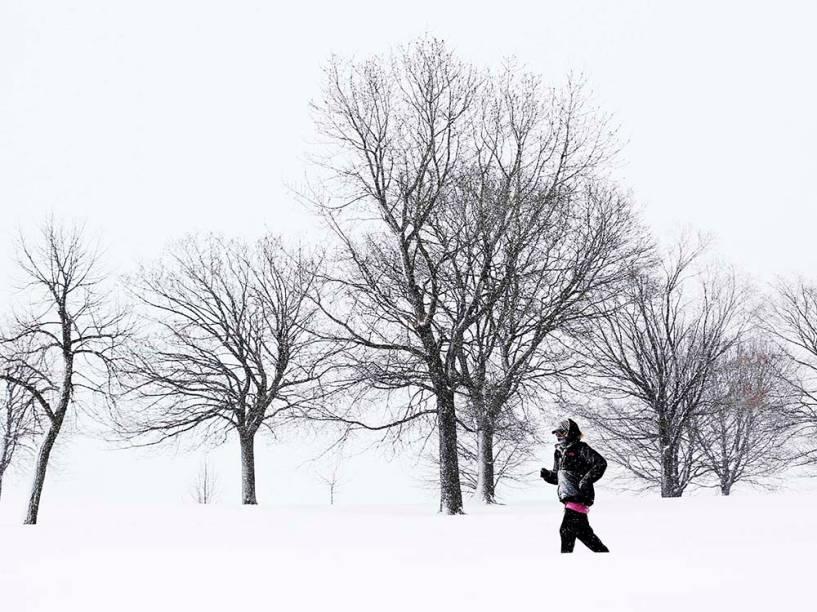 Mulher se exercita debaixo de neve que cai em Chicago, nos Estados Unidos