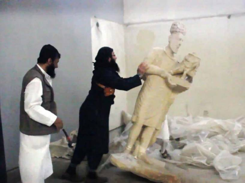 Frame de vídeo divulgado pelo Media Office do Grupo do Estado Islâmico mostra membros militantes quebrando estátuas de dentro do museu Mosul, ao norte do Iraque