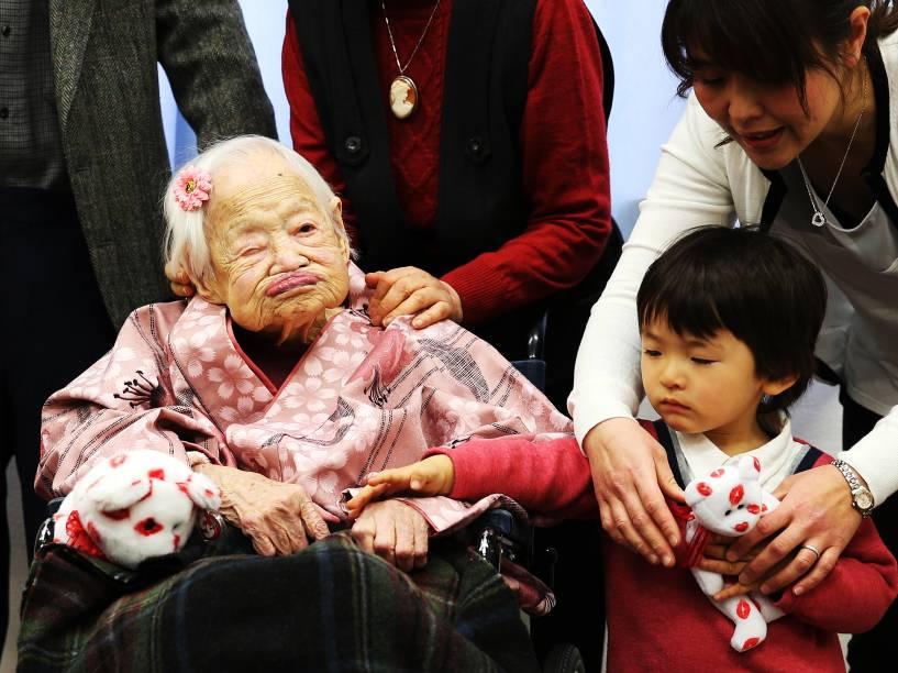 A japonesa Misao Okawa, a pessoa mais velha do mundo segundo o Guinness, posa para foto em sua festa de aniversário de 117 anos em Osaka, no Japão - 04/03/2015