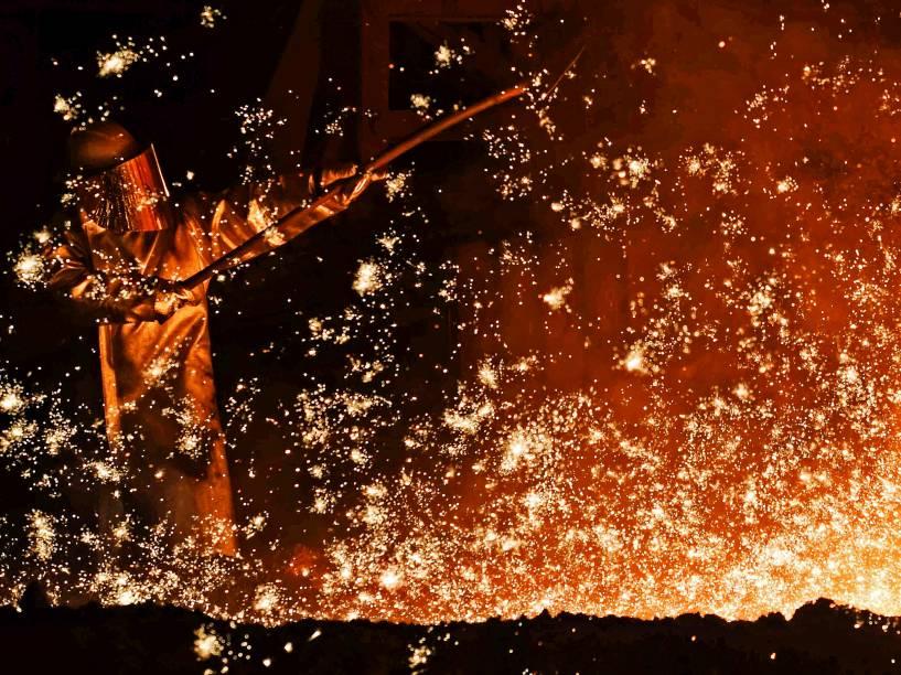Homem trabalha na fornalha de uma siderúrgica em Salzgitter, na Alemanha - 17/03/2015